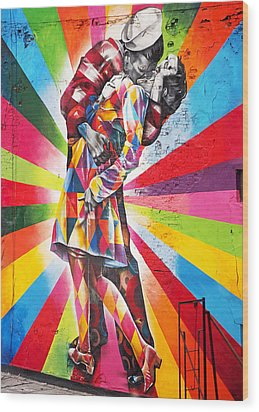 Couple Kissing In Times Square On V-j Day Wood Print by Rona Black