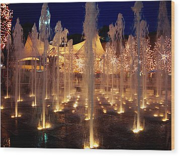 Crown Center Fountain At Christmas Wood Print