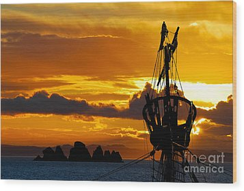 Crows Nest Silhouette On Newfoundland Coast Wood Print by Les Palenik