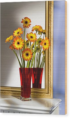 Daisies In Red Vase Wood Print by Tony Cordoza