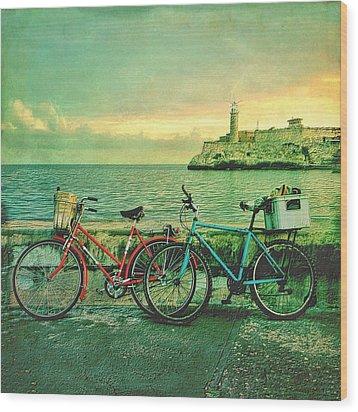 Dawn On The Havana Waterfront Wood Print