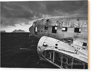 Wood Print featuring the photograph Dc-3 Iceland by Gunnar Orn Arnason