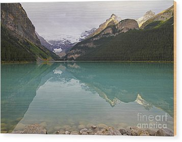Early Morning At Lake Louise Wood Print by Teresa Zieba