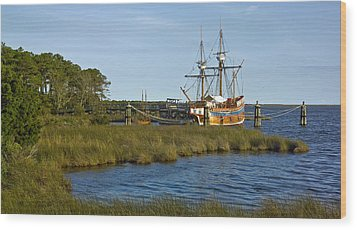 Wood Print featuring the photograph Elizabeth II In Port  by Greg Reed