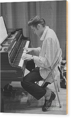 Elvis Presley On Piano While Waiting For A Show To Start 1956 Wood Print by The Harrington Collection