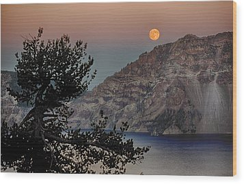 Full Moon Over Crater Lake Wood Print by Gary Neiss