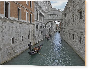 Gondolas Under Bridge Of Sighs Wood Print