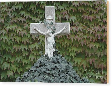 Grey Marmoreal Cross With Trailing Ivy Wood Print by Angela Kail