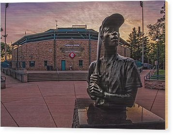 Hank Aaron Statue Wood Print by Tom Gort
