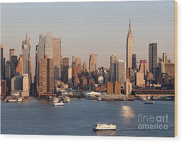 Hudson River And Manhattan Skyline I Wood Print by Clarence Holmes
