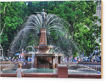 Hyde Park Fountain Wood Print by Kaye Menner