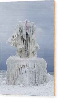 Ice Covered Warning Tower Along Lake Michigan In St. Joseph Michigan Wood Print
