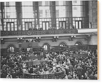 Interior Of Ny Stock Exchange Wood Print by Underwood Archives