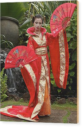 Japanese Lady With Fan Wood Print by Bonita Hensley