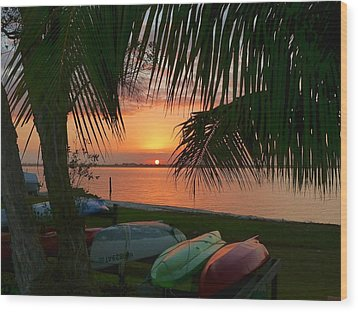 Kayak Sunset Wood Print by Elaine Franklin