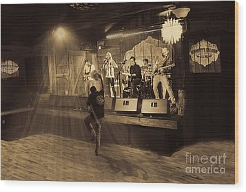 Keri Leigh Singing At Schmitt's Saloon Wood Print by Dan Friend