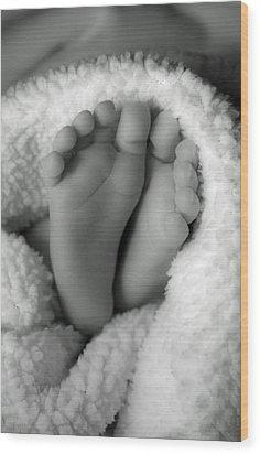 Little Feet Wood Print by Mamie Thornbrue