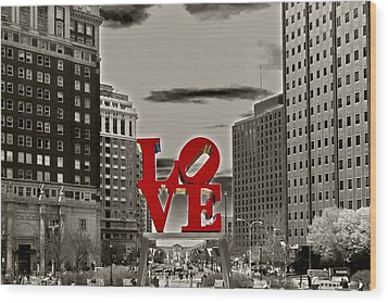 Love Sculpture - Philadelphia - Bw Wood Print by Lou Ford