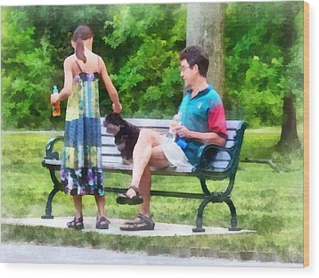 Making A New Friend In The Park Wood Print by Susan Savad
