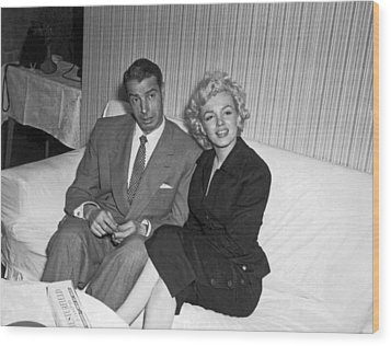 Marilyn Monroe And Joe Dimaggio Wood Print by Underwood Archives
