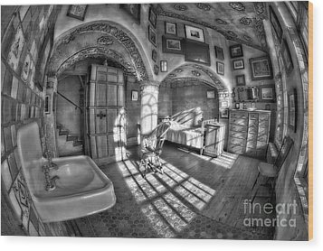 Master Bedroom At Fonthill Castlebw Wood Print by Susan Candelario
