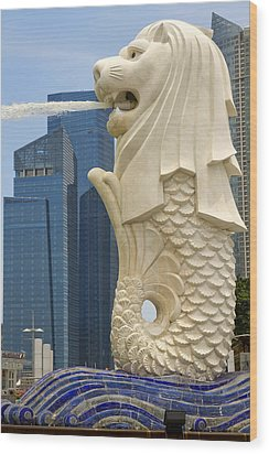 Merlion Statue By Singapore River Wood Print by David Gn