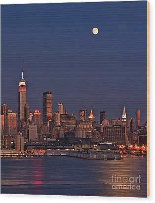 Moon Rise Over Manhattan Wood Print by Susan Candelario