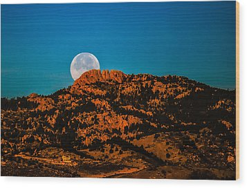 Moon Setting Behind Horsetooth Rock At Sunrise Wood Print by Harry Strharsky