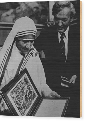 Mother Teresa Gets Award Wood Print by Retro Images Archive