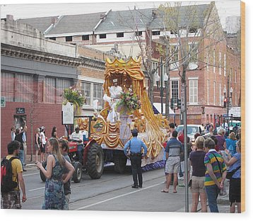 New Orleans - Mardi Gras Parades - 121259 Wood Print by DC Photographer