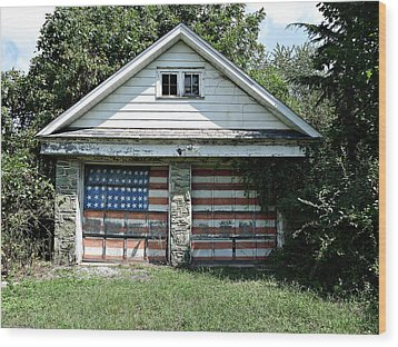 Old Glory Garage  Wood Print by Richard Reeve