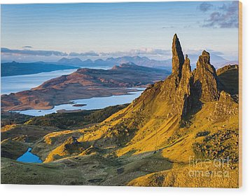 Old Man Of Storr At Sunrise Wood Print by Maciej Markiewicz