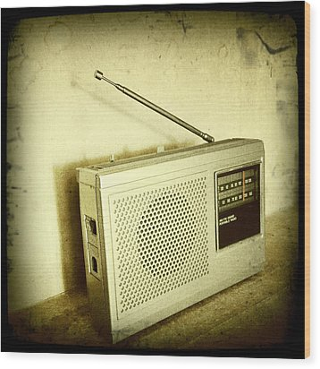 Old Radio Wood Print by Les Cunliffe