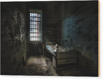 Old Room - Abandoned Places - Room With A Bed Wood Print by Gary Heller