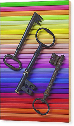 Old Skeleton Keys On Rows Of Colored Pencils Wood Print by Garry Gay