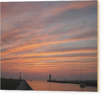 Pentwater Pier Lighthouse Wood Print by Penny Hunt