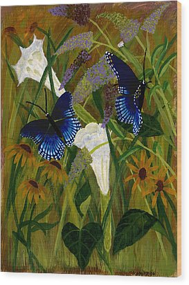 Perusing The Flowers Wood Print by Susan Schmitz