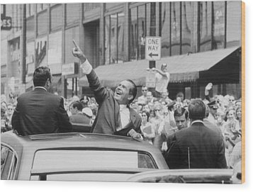 President Nixon Pointing At The Crowd Wood Print by Everett