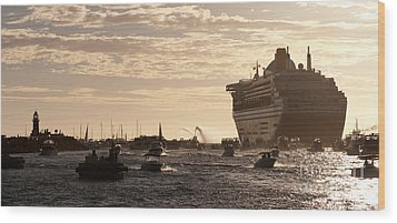 Queen Mary 2 Leaving Port 01 Wood Print by Rick Piper Photography