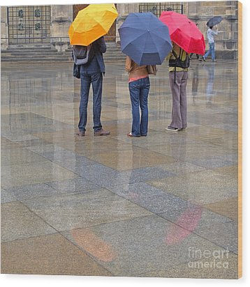 Rainy Day Tourists Wood Print by Ann Horn