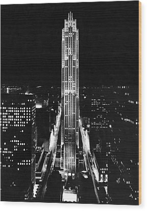 Rca Building At Night In Nyc Wood Print by Underwood Archives