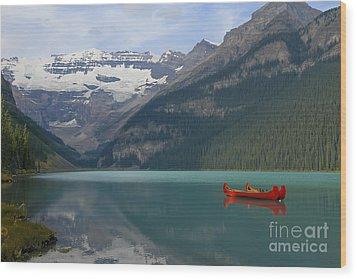 Red Canoes On Lake Louise Wood Print by Teresa Zieba