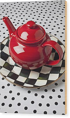 Red Teapot On Checkerboard Plate Wood Print by Garry Gay