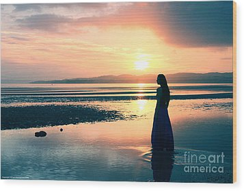 Reflections By The Sea Wood Print by Gee Lyon