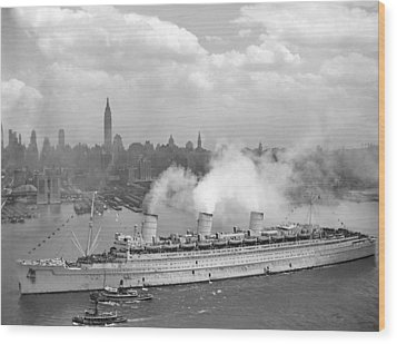Rms Queen Mary Arriving In New York Harbor Wood Print by War Is Hell Store