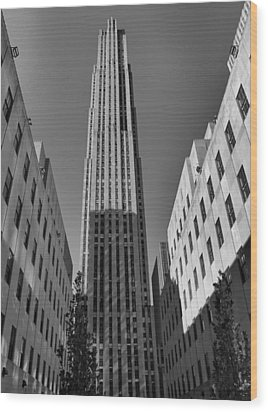 Ge Building In Black And White Wood Print by Dan Sproul