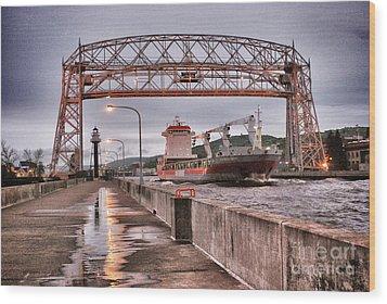 Sailing Through The Duluth Aerial Lift Bridge Wood Print