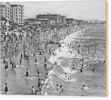 Santa Monica Beach In December Wood Print by Underwood Archives