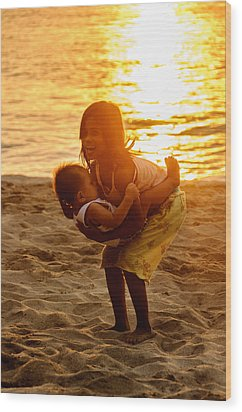 Sister And Brother On The Beach Wood Print by Colin Utz
