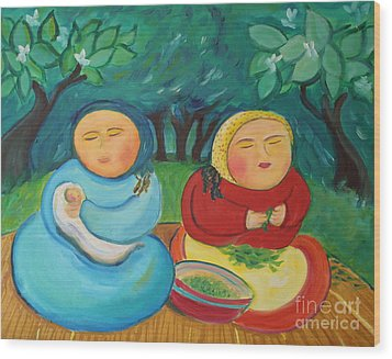 Sisters And Green Beans Wood Print by Teresa Hutto